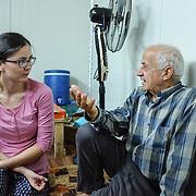 Pracovníčka Slovenskej katolíckej charity Anna Bartošová s jedným z utečencov v utečeneckom tábore Mar Ellia v Erbile v irackom Kurdistane.
