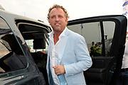 100 % NL strandfeest Hoek van Holland BACKSTAGE bij Beachclub Royal .<br /> <br /> Op de foto:<br /> <br />  Gordon met zijn auto