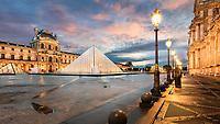 """Vom königlichen Palast zum meistbesuchten Museum in Paris. Die meisten Louvre Besucher kommen jedoch, um sich eines der berühmtesten Gemälde aller Zeiten anzusehen: """"Mona Lisa"""" von Leonardo da Vinci. Mittwoch und Freitag hat der Louvre in Paris lange Museumstage, dann schließt er erst um 21:45 Uhr. Und so ist es möglich den Louvre in Paris auch nachts zu besuchen."""