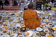À l'occasion du nouvel an Khmer, les fidèles font des offrandes de nourriture aux bonzes de la pagode. Ces plats seront ensuite distribués aux fidèles .