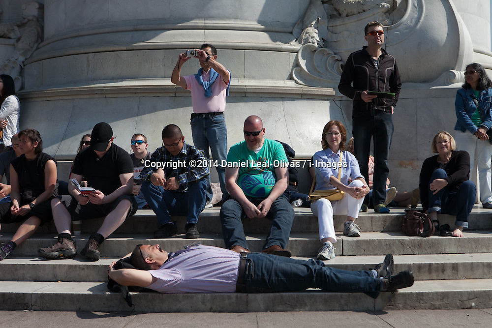 Dozens of tourists and visitors enjoy one of the hottest and warmest days in London, Victoria Memorial, Buckingham Palace, Central London, United Kingdom. Friday, 16th May 2014. Picture by Daniel Leal-Olivas / i-Images