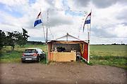 Nederland, Huissen, 8-7-2012In een boomgaard, kersenboomgaard, worden kersen verkocht. Kopen bij de boer, tuinder.Foto: Flip Franssen/Hollandse Hoogte