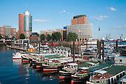 Hamburger Hafen, Schiffe für Hafenrundfahrt, Hamburg, Deutschland.|.Hamburg harbour, harbour cruise boats, Hamburg, Germany.