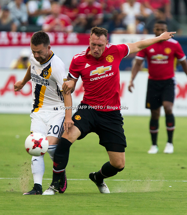 Los Angeles Galaxy Jcck Mcinerney, left, and Manchester United Marouane Phil Jones battle for the ball during the first half of a national friendly soccer game at StubHub Center on July 15, 2017 in Carson, California.   AFP PHOTO / Ringo Chiu