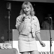 NLD/Huizen/19900817 - Veronica op locatie in Huizen met optreden van Mieke