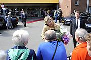 Koningin M&aacute;xima woonde het 7500ste door de Stichting Muziek in Huis georganiseerde concert bij, in woonzorgcentrum De Bolder.<br /> <br /> Queen M&aacute;xima attended the 7500ste organized by the Music Foundation House concert in nursing home De Bolder.<br /> <br /> op de foto / On the photo:  Koningin Maxima vertrekt / Queen Maxima leaves