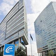 Hoofdkantoren UWV aan de La Guardiaweg te Amsterdam. In het kader van de bezuinigingen worden een paar duizend mensen ontslagen..UWV is het Uitvoeringsinstituut Werknemersverzekeringen. UWV zorgt voor deskundige, doelgerichte en efficiënte landelijke uitvoering van de werknemersverzekeringen (zoals WW, WIA (IVA en WGA), Wajong, WAO, WAZ, WAZO en Ziektewet), en voor arbeidsmarkt- en gegevensdienstverlening. Dat doen ze als zelfstandig bestuursorgaan (ZBO) in opdracht van het ministerie van Sociale Zaken en Werkgelegenheid. (foto:John van Iperen)