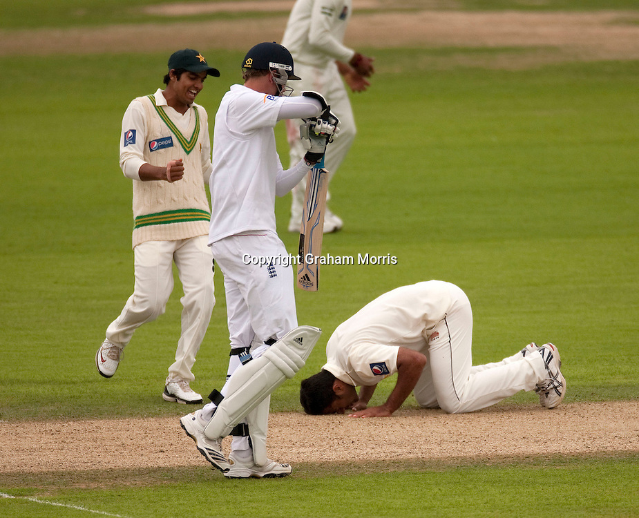 Bowler Wahab Riaz celebrates his fifth wicket (Stuart Broad, walking off) on debut during the third npower Test Match between England and Pakistan at the Oval.  Photo: Graham Morris (Tel: +44(0)20 8969 4192 Email: sales@cricketpix.com) 18/08/10