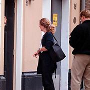 Emily Bremers laat haar zus de visite uit bij haar woning aan de Nieuwe Schoolstraat in Den Haag