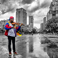 Wuilly Arteaga tocando en las calles de Caracas en una protesta en julio. El músico es conocido por tocar violín durante las protestas contra el presidente Nicolás Maduro. Caracas, 19 de Julio del 2017. Wuilly Arteaga playing in the streets of Caracas in a protest in July. The musician is known for playing the violin during protests against President Nicolás Maduro. Caracas, July 19, 2017.