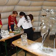 IJs beeldhouwerken ateliersroute 2001 Huizen, demonstratie
