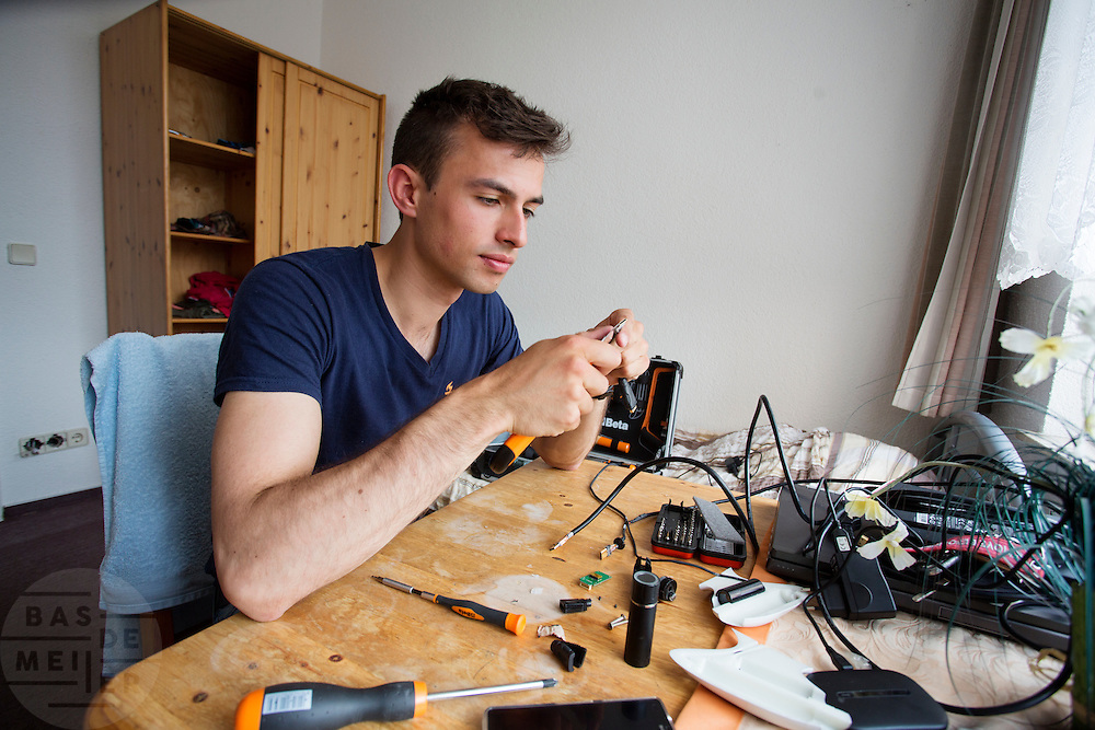 Dylan probeert het camerasysteem van de VeloX 4 weer te reparen. Het Human Power Team Delft en Amsterdam (HPT), dat bestaat uit studenten van de TU Delft en de VU Amsterdam, is in Senftenberg voor een poging het laagland sprintrecord te verbreken op de Dekrabaan. In september wil het HPT daarna een poging doen het wereldrecord snelfietsen te verbreken, dat nu op 133 km/h staat tijdens de World Human Powered Speed Challenge.<br /> <br /> Dylan tries to repair the camera system of the VeloX 4. With the special recumbent bike the Human Power Team Delft and Amsterdam, consisting of students of the TU Delft and the VU Amsterdam, is in Senftenberg (Germany) for the attempt to set a new lowland sprint record on a bicycle. They also wants to set a new world record cycling in September at the World Human Powered Speed Challenge. The current speed record is 133 km/h.