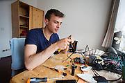 Dylan probeert het camerasysteem van de VeloX 4 weer te reparen. Het Human Power Team Delft en Amsterdam (HPT), dat bestaat uit studenten van de TU Delft en de VU Amsterdam, is in Senftenberg voor een poging het laagland sprintrecord te verbreken op de Dekrabaan. In september wil het HPT daarna een poging doen het wereldrecord snelfietsen te verbreken, dat nu op 133 km/h staat tijdens de World Human Powered Speed Challenge.<br /> <br /> Dylan tries to repair the camera system of the VeloX 4. With the special recumbent bike the Human Power Team Delft and Amsterdam, consisting of students of the TU Delft and the VU Amsterdam, is in Senftenberg (Germany) for the attempt to set a new lowland sprint record on a bicycle. They also wants to set a new world record cycling in September at the World Human Powered Speed Challenge. The current speed record is 133 km/h.
