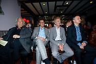 HAARZUILENS - In restaurant 't Wapen werd de DVD box gepresenteerd van 'Kunt u me de weg naar Hamelen vertellen, meneer?'. Met op de foto vlnr Han Peekel, Albert Verlinde en Hans van Willigenburg. FOTO LEVIN DEN BOER - PERSFOTO.NU
