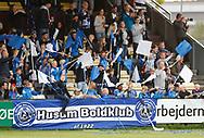 FODBOLD: Husum-fans byder spillerne velkommen på banen før kampen i 2. runde af DBU Pokalen mellem Husum Boldklub og FC Helsingør den 5. september 2017 i Tingbjerg Idrætspark. Foto: Claus Birch