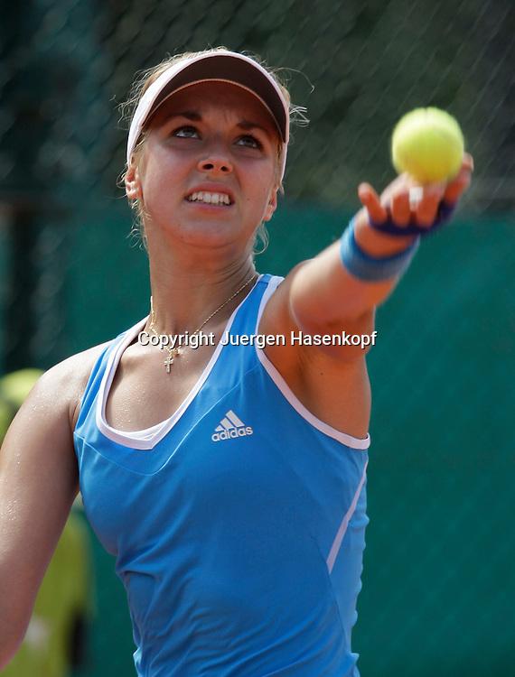French Open 2009, Roland Garros, Paris, Frankreich,Sport, Tennis, ITF Grand Slam Tournament,  Sabine Lisicki(GER) spielt einen Aufschlag,sewrvice,action,Ballwurf<br /> <br /> Foto: Juergen Hasenkopf