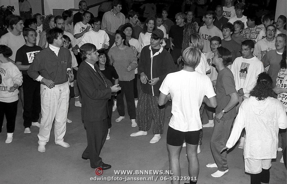 NLD/Huizen/19911111 - Up with people in het gemeentehuis van Huizen