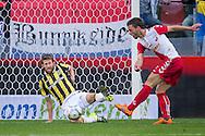 UTRECHT, FC Utrecht - Vitesse, voetbal, Eredivisie seizoen 2015-2016, 13-09-2015, Stadion De Galgenwaard, FC Utrecht speler Bart Ramselaar (R) scoort de 2-1, Vitesse speler Sheran Yeini (L) is te laat.