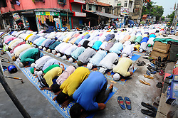 June 16, 2017 - Kolkata, India - Indian Muslims offer  Friday prayers at Kolkata Road on June 16,2017 in India. Muslims across the world are observing Ramadan, the Islamic month of fasting. (Credit Image: © Debajyoti Chakraborty/NurPhoto via ZUMA Press)