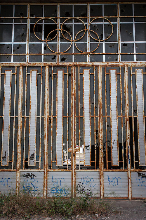 ITALY - ITALIEN; Projekt BELLA ITALIA - über die Schönheit und Hässlichkeit; Project BELLA ITALIA - on beauty and ugliness; HIER: SIZILIEN - SICILY - Giarre - Bauspekulation, Mafia; nie fertig gebautes Polostadion; Bauruine, Architektur, 20.05.2012
