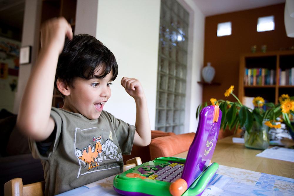 Nederland. Den Haag, 5 juli 2007.<br /> Kleuter van 5 1/2 jaar oud achter een laptop voor kinderen. Leren rekenen en schrijven. Juichen na een goede rekensom<br /> Foto Martijn Beekman <br /> NIET VOOR TROUW, AD, TELEGRAAF, NRC EN HET PAROOL