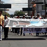 Toluca, Mex.- Comerciantes de diferentes organizaciones, marcharon por las calles de la ciudad, en demanda de que el ayuntamiento de Toluca les cumpla con el tianguis prometido, a dos años del desalojo del mercado Juárez. Agencia MVT / Luis Enrique Hernandez V. (DIGITAL)<br /> <br /> <br /> <br /> NO ARCHIVAR - NO ARCHIVE
