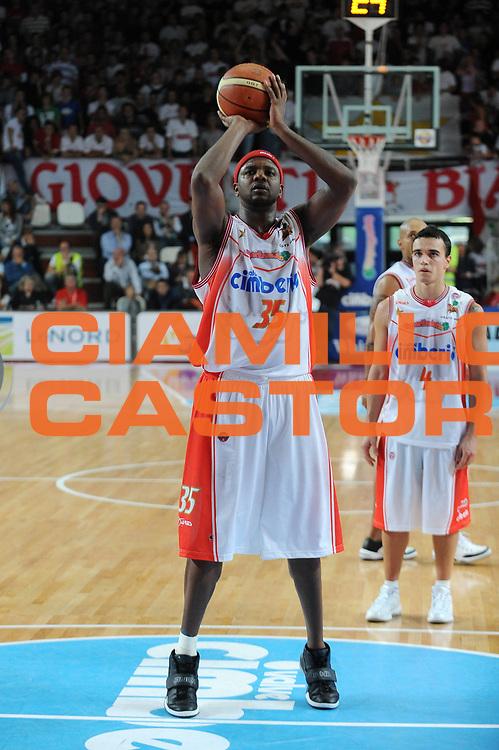 DESCRIZIONE : Varese Lega A 2009-10 Basket Cimberio Varese Armani Jeans Milano<br /> GIOCATORE : Ronald Slay<br /> SQUADRA : Cimberio Varese<br /> EVENTO : Campionato Lega A 2009-2010<br /> GARA : Cimberio Varese Armani Jeans Milano<br /> DATA : 11/10/2009<br /> CATEGORIA : Tiro Libero<br /> SPORT : Pallacanestro<br /> AUTORE : Agenzia Ciamillo-Castoria/A.Dealberto