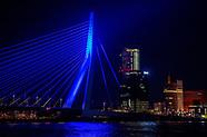ROTTERDAM - erasmusbrug en euromast kleuren blauw voor wereld me dag  Rotterdamse iconen kleuren bla