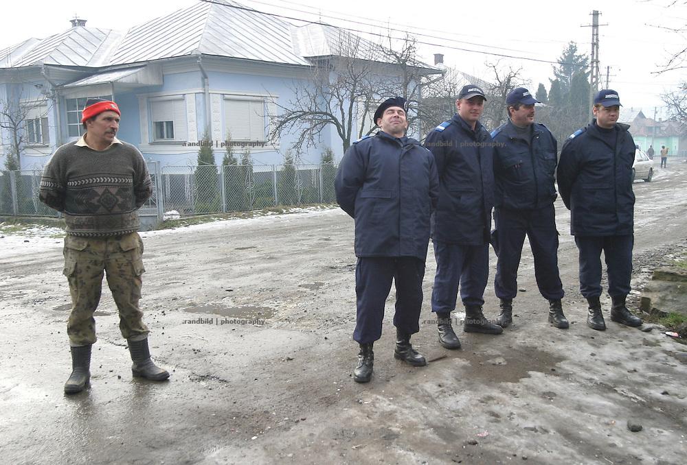 Vier rumaenische Gendarme stehen mit einem Bauern auf einer Strasse in Bistritz...A farmer looks at four local romanian police men in Bistrita.