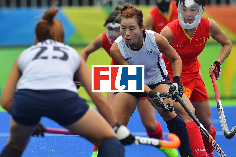 South Korea's Kim Bomi (C) controls the ball during the womens's field hockey South Korea vs China match of the Rio 2016 Olympics Games at the Olympic Hockey Centre in Rio de Janeiro on August, 12 2016. / AFP / Carl DE SOUZA        (Photo credit should read CARL DE SOUZA/AFP/Getty Images)