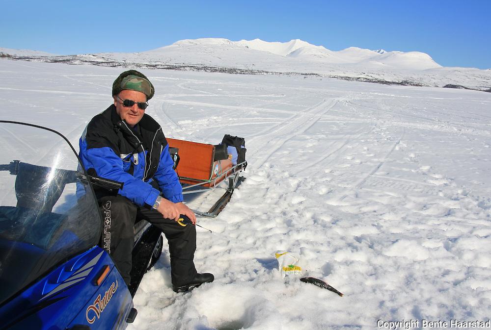 Asbjørn Opphaug fra østbygrenda er leiekjører i Tydal. Ingolf Rønning trives med isfiske på Brokksjøen innunder Sylen. Tydal har tre isfiskeløyper hvor en kan kjøre snøskuter fra til Nesjøen og Essandsjøen for å fiske.