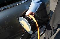 19 AUG 2009, BERLIN/GERMANY:<br /> Elektro-Minis von BMW am Stromkabel waehrend einer Praesentation, Paul-Loebe-Allee / Willy-Brandt-Str.<br /> IMAGE: 20090819-01-004<br /> KEYWORDS: BMW Mini Elektroantrieb, Auto, Wagen, betankung, tanken, aufladen, laden, Strom