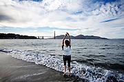 Sara gaat het koude water van San Francisco Bay in om te dansen. De Amerikaanse stad San Francisco aan de westkust is een van de grootste steden in Amerika en kenmerkt zich door de steile heuvels in de stad.<br /> <br /> Sara enters the cold water of San Francisco Bay to dance. The US city of San Francisco on the west coast is one of the largest cities in America and is characterized by the steep hills in the city.