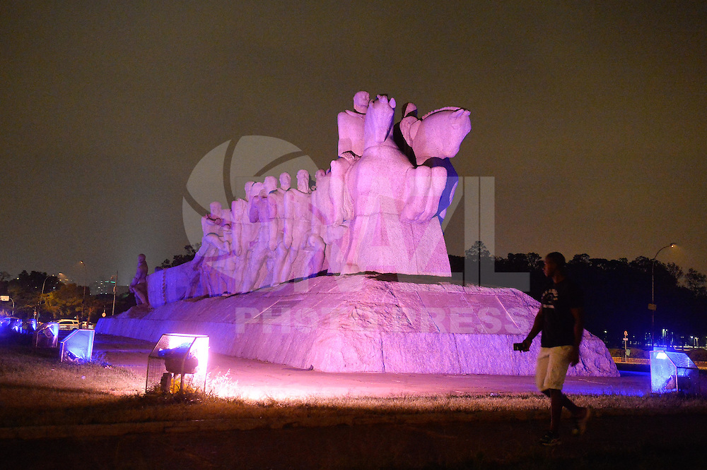 SAO PAULO, SP, 28.03.2015 - HORA DO PLANETA SÃO PAULO: As luzes do Monumento às Bandeiras em São Paulo antes de se apagarem as 20:30 deste sabado (28), para participar da Hora do Planeta. (Foto: Levi Bianco - Brazil Photo Pess)