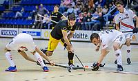 ROTTERDAM  - Julien van den Nieuwenhuijzen (Den Bosch) in duel met Wiegert Schut (Adam) (r) en Nicky Leijs (Adam)  finale NK  zaalhockey hoofdklasse, Den Bosch H1-Amsterdam H1 (2-5) .   COPYRIGHT  KOEN SUYK