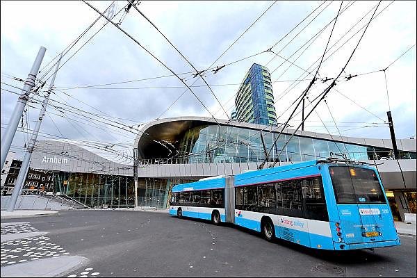 Nederland, the Netherlands, Arnhem, 4-11-2015Het nieuwe station van de gelderse hoofdstad. OV terminal met parkeergarage en fietsenstalling. De ingewikkelde architectuur heeft het bouwproject veel problemen en vertraging opgeleverd. Uiteindelijk heeft de bouw 18 jaar en 90 miljoen euro, veel meer als aanvankelijk begroot, gekost. Buiten is aansluiting op het trolley busnet, karakteristiek voor Arnhem, schoon maar gevoelig voor storingen..FOTO: FLIP FRANSSEN/ HH