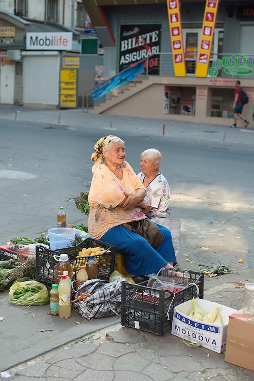 À proximité du marché de Piata Centrala, venus des villages autour de Chisinau, des femmes et des hommes passent souvent la journée à tenter de vendre des produits de leur jardin pour gagner un peu d'argent.