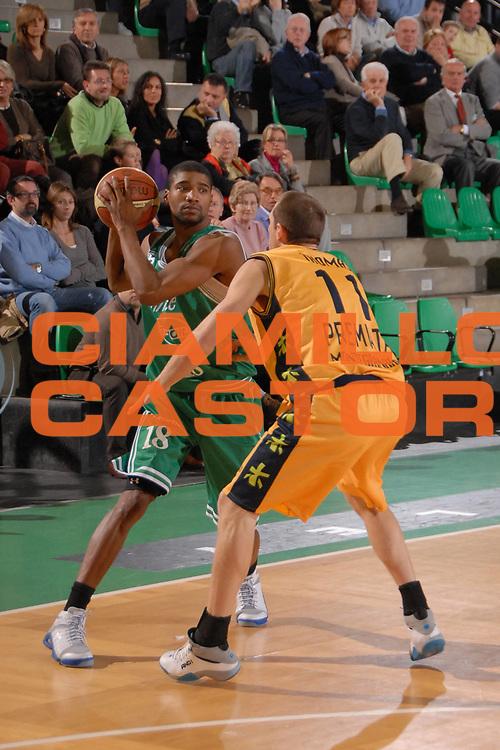 DESCRIZIONE : Treviso Lega A1 2007-08 Benetton Treviso Premiata Montegranaro<br /> GIOCATORE : Reece Gaines<br /> SQUADRA : Benetton Treviso<br /> EVENTO : Campionato Lega A1 2007-2008<br /> GARA : Benetton Treviso Premiata Montegranaro<br /> DATA : 18/11/2007<br /> CATEGORIA : Palleggio<br /> SPORT : Pallacanestro<br /> AUTORE : Agenzia Ciamillo-Castoria/M.Gregolin