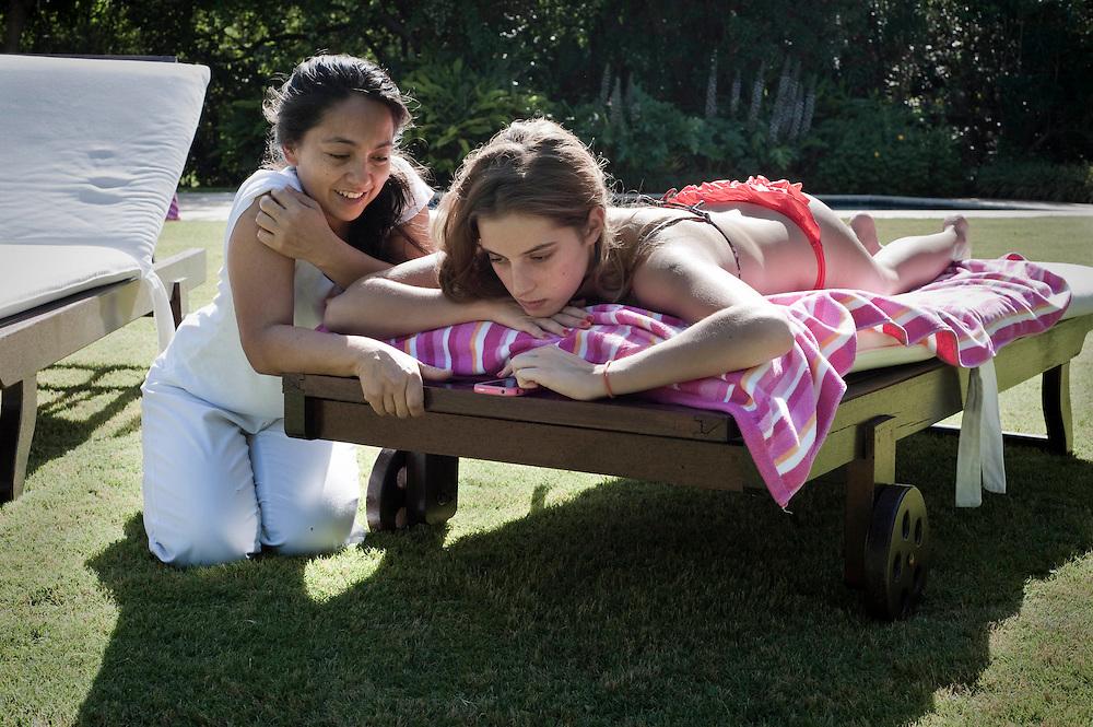 Titi (lleva el mismo nombre que su madre, Silvina) y Lili, una de las empleadas, comparten momentos de relax. Titi Nació en el San Jorge Village y la une con Liliana una relación construida desde el nacimiento.