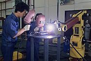 DAEWOO research center at INCHON: lasers.  Centre de recherche DAEWOO a INCHON~ robots industriels //////R27/8    L2573  /  R00027  /  P0003471