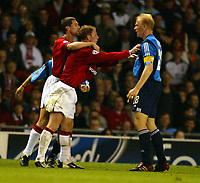 Fotball. UEFA Champions League. Første semifinale. 24.04.2002.<br /> Manchester United v Bayer Leverkusen 2-2.<br /> Roy Keane og Nicky Butt, Manchester United.<br /> Carsten Ramelow, Leverkusen.<br /> Foto: David Rawcliffe, Digitalsport