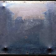 Nic&eacute;phore NIEPCE (1765 - 1833)<br /> <br /> &quot;Point de vue pris d&rsquo;une fen&ecirc;tre du Gras, Saint Loup de Varenne (1826)&quot;<br /> <br /> Plaque originale (positif).<br /> <br /> Suppos&eacute;e &ecirc;tre la 1ere photographie. Obtenue sur une plaque d&rsquo;&eacute;tain enduite de bitume de Jud&eacute;e<br /> Temps de pose tr&egrave;s long. Une journ&eacute;e compl&egrave;te. Il faut remarquer que toutes les fa&ccedil;ades sont &eacute;clair&eacute;es par le soleil. Le soleil s&rsquo;est lev&eacute; &agrave; l&rsquo;est et couch&eacute; &agrave; l&rsquo;ouest. <br /> (Histoire de Voir, vol. 1, p 10. Editions Photo Poche.)