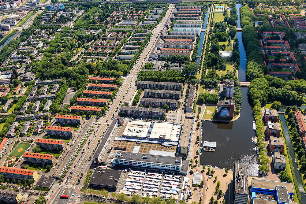 Nederland, Noord-Holland, Amsterdam, 14-06-2012;Slotervaart met vlnr Burgemeester De Vlugtlaan, diagonaal en markt op Plein '40 - '45..De wijk is onderdeel van de Westelijke Tuinsteden, gerealiseerd op basis van het Algemeen Uitbreidingsplan voor Amsterdam (AUP, 1935). Voorbeeld van het Nieuwe Bouwen, open bebouwing in stroken, langwerpige bouwblokken afgewisseld met groenstroken. .The residential district Slotervaart, one of the western garden cities of Amsterdam-west..  Constructed on the basis of the General Extension Plan for Amsterdam (AUP, 1935). Example of the New Building (het Nieuwe Bouwen), detached in strips, oblong housing blocks alternated with green areas, built in fifties and sixties of the 20th century. Daily market between the flats...luchtfoto (toeslag), aerial photo (additional fee required).foto/photo Siebe Swart