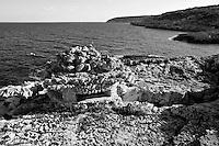 Novaglie (Alessano) - Scogliera. SDi nota una struttura in pietra utilizzata nel periodo della guerra come torretta di avvistamento.