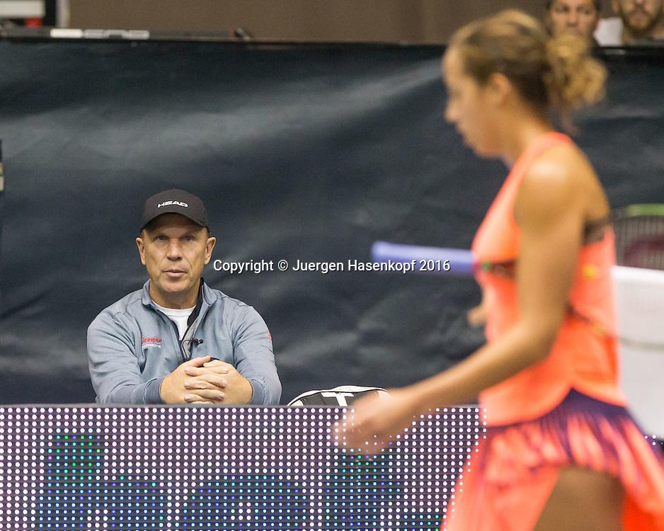 MADISON KEYS Trainer Thomas Hoegstedt/Hogstedt sitzt am Spielfeldrand,<br /> <br /> Tennis - Ladies Linz 2016 - WTA -  TipsArena  - Linz - Oberoesterreich - Oesterreich - 12 October 2016. <br /> &copy; Juergen Hasenkopf