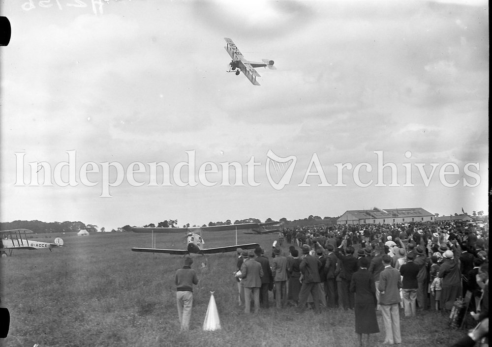 Air-Display: Sir A. Cobham flying over Finglas. Crowds watching the Aircrafts.<br /> July 1933<br /> (Part of the Independent Newspapers Ireland/NLI Collection)