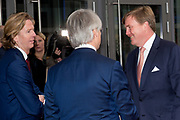 Koning Willem Alexander is aanwezig bij de NOS conferentie 'Journalistiek On Demand' in TivoliVredenburg te Utrecht waar onder andere gesproken wordt  over het belang van het NOS Journaal <br /> <br /> King Willem Alexander attends the NIS conference 'Journalism On Demand in TivoliVredenburg Utrecht where among other things it talks about the importance of the NOS News<br /> <br /> Op de foto / On the photo: Koning Willem Alexander met NOS hoofdredacteur Marcel Gelauff en NOS directeur Jan de Jong