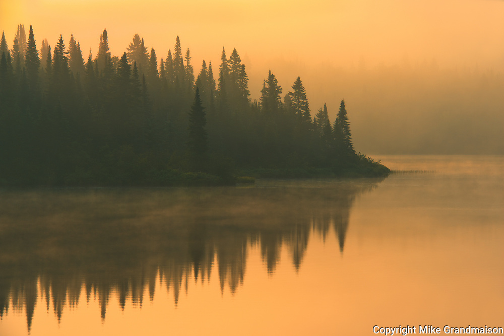 Fog at sunrise on Lac-Lajoie. This is a provincial parc, not a true federal park.<br />