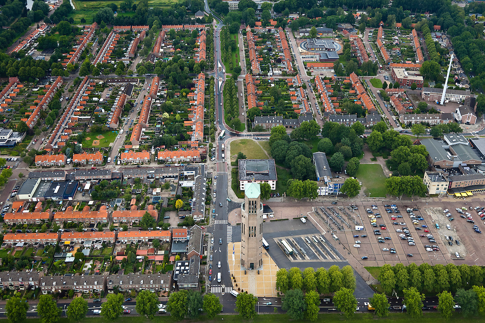 Nederland, Noordoostpolder, Emmeloord, 30-06-2011; centrale plaats van de Noordoostpolder, planmatig aangelegd in de jaren na de Tweede Wereldoorlog (de NOP viel droog in 1942). De toren in het midden is de Poldertoren (voormalige watertoren)..De oudste schil van Emmeloord bestaat uit een aantal woonwijken rondom het centrum met een grote samenhang tussen architectuur en stedenbouwkundig plan, ontworpen door de  traditionalistische architecten van de Delftse School..Central city Noordoostpolder (North Easter Polder), systematically constructed in the years after World War II (the NOP was dry in 1942). The tower in the middle is the Polder Tower (former water tower)..The oldest shell of Emmeloord consists of several residential areas around the center with a high correlation between architecture and urban plan, designed by traditionalist architects of the Delft School..luchtfoto (toeslag), aerial photo (additional fee required).copyright foto/photo Siebe Swart