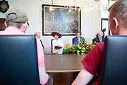 Koning Willem-Alexander en koningin Maxima in gesprek met jongeren en begeleiders over de Culemborgse aanpak van probleemjongeren<br /> <br /> King Willem-Alexander and Queen Maxima in conversation with young people and counselors about the Culemborg approach to problem youth